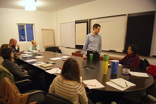 Greg Ryder donne un cours à la Trade School Vancouver | Photo par Coralie Tripier