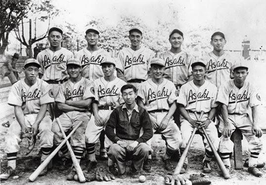 Portrait d'époque de l'équipe Asahi dans leurs tenues traditionnelles