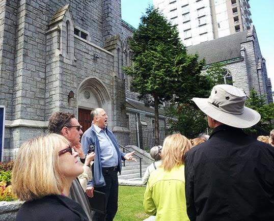 L'historien et guide Maurice Guibord (au centre) lors d'une visite. | Photo par Vancouver Heritage Foundation