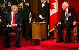 Le Gouverneur général David Johnston en compagnie du Premier ministre Stephen Harper lors du récent Discours du Trône. Photo de Stephen Harper, Flickr