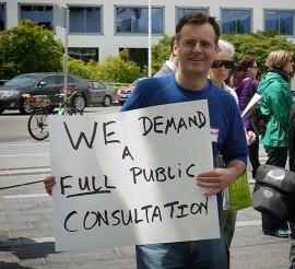 Un opposant au Parti Vision Vancouver. Photo par Brent Garnby, Flickr