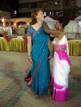 L'art de ré-ajuster le sari. | Photo par willsfca, Flickr