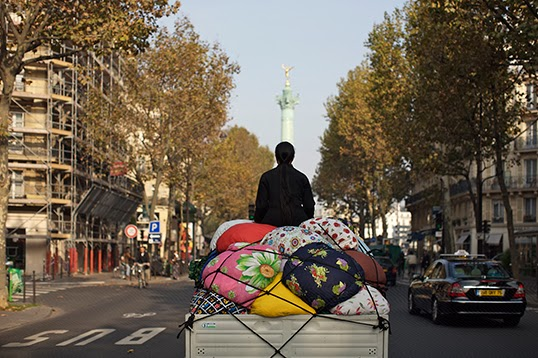 Kimsooja sur son Bottari Truck, dans les rues de Paris. | Photo de Kimsooja Studio