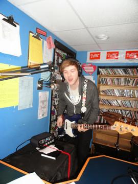 Jesse Wentzloff, bassiste du groupe Mancato, jouant en direct dans les studios de CJSF. | Photo par David Swanson