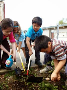 Les enfants apprennent à jardiner au sein du programme de nutrition. | Photo de Kiwassa Neighbourhood House