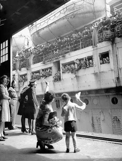 L'arrivée des immigrants par bateau au début du siècle dernier. Photo d'ancestry.ca