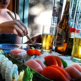 Un client deguste un sushi au Miko Sushi sur la rue Robson. | Photo par Brian LeRoux