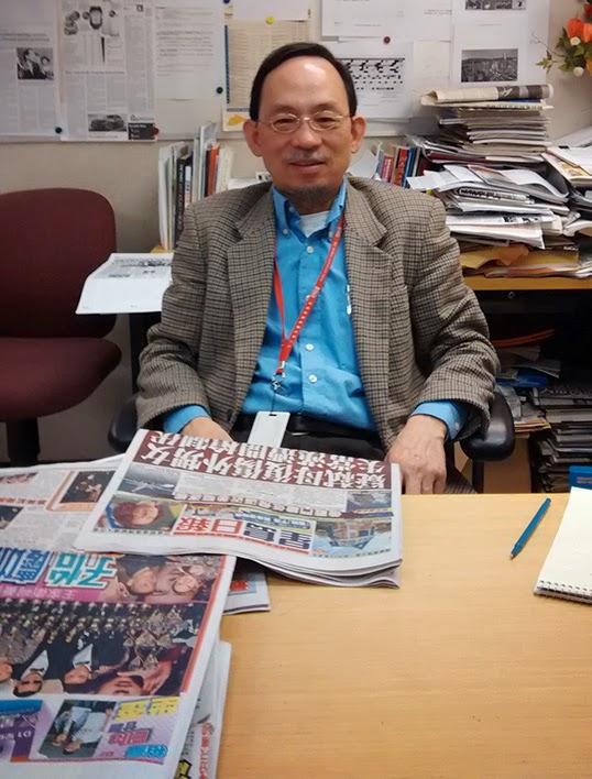 Victor Ho, rédacteur en chef de l'édition britanno-colombienne du Sing Tao, dans son bureau. | Photo par Gary Drechou