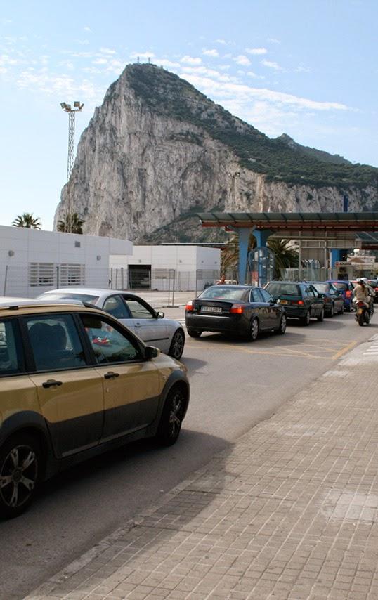 Le Rocher de Gibraltar, vue de la frontière entre l'Espagne et Gibraltar. | Photo par Paul Lancastrian