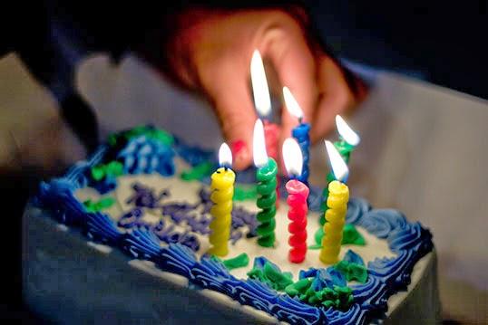 Un anniversaire célébré avec un gâteau à la crême glacée. | Photo par Imelda, Flickr