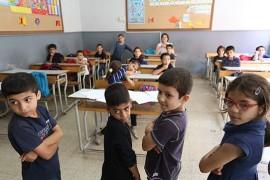 Enfants réfugiés syriens dans une salle de classe. Photo de World Back Photo Collection