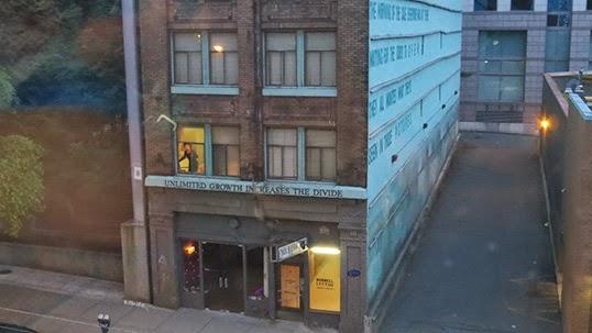 Le metteur en scène situe l'action de sa pièce dans l'hôtel de la rue Hamilton le  Del Mar Inn. Photo par Matthias Werder