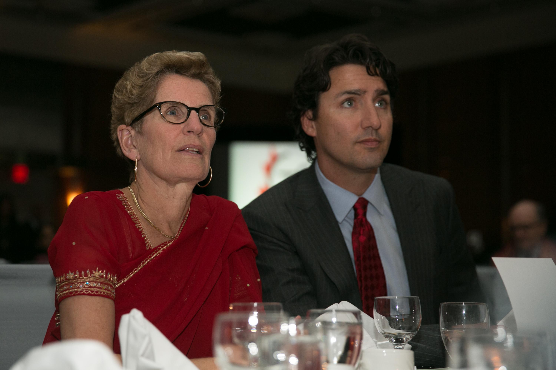 La chef de file libérale en Ontario, Kathleen Wynne, en compagnie du chef libéral fédéral, Justin Trudeau. | Photo de Premier of Ontario Photography