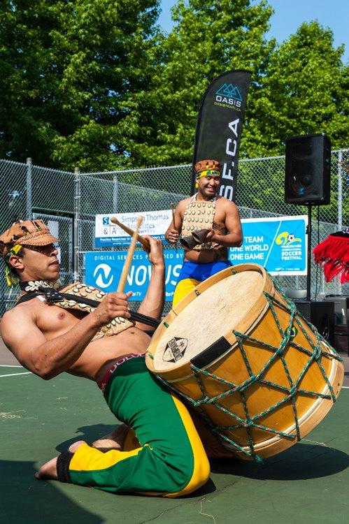 Un groupe brésilien de samba lors du Vancouver International Soccer Festival. |  poesie%20dugerondif%20cover2.tif Photo par Adri Hamael, Vancouver International Soccer Festival