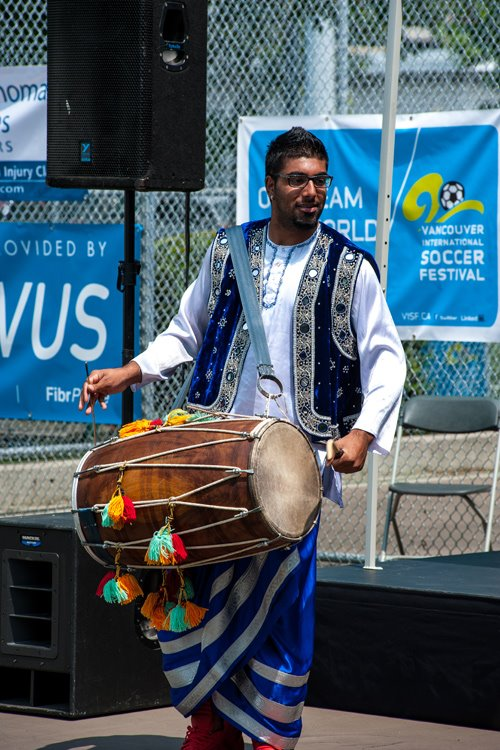 Un musicien indo-canadien joue la troisième mi-temps lors du Vancouver International Soccer Festival (VISF). | Photo par Adri Hamael, Vancouver International Soccer Festival