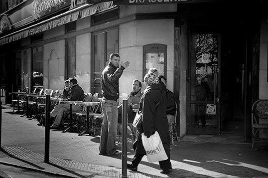 La politesse à la française. | Photo par Geoffrey Dudgeon