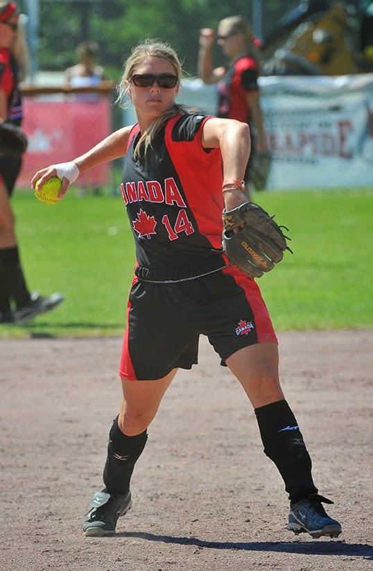 Le fameux lancé « par dessous » qui distingue cette discipline du base-ball. | Photo de Softball Canada