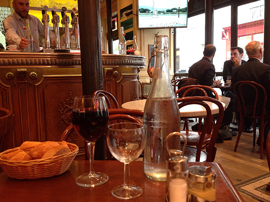 Dans un bistrot parisien | Photo par Pascal Guillon