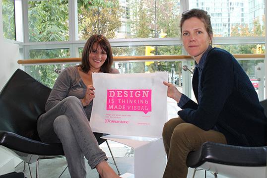 Notre collaboratrice Marion Durand en compagnie de Jody Phillips, gestionnaire principale du salon IDS West. | Photo par Charlotte Cami