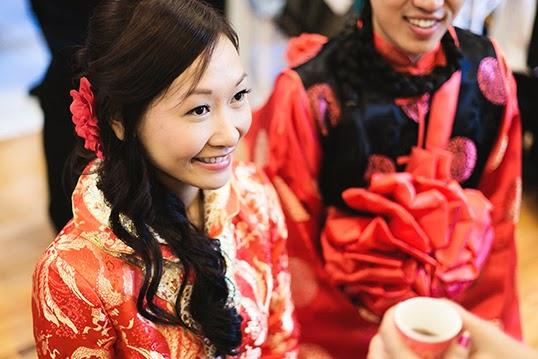 JB%20-%20Un%20mariage%20chinois%20typique%20aura%20ce%20que%20l%27on%20appelle%20une%20C%c3%a9r%c3%a9monie%20du%20Th%c3%a9%20-%20Photo%20Par%20Irene%20Kenth%2c%20Kunioo.tif Un mariage chinois typique aura ce que l'on appelle une Cérémonie du Thé. | Photo par Irene Kenth, Kunioo