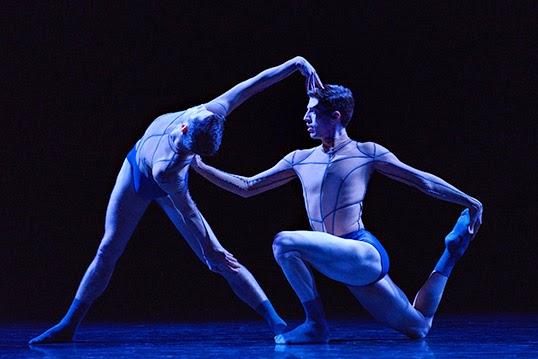 Les danseurs de Ballet BC Darren Devaney et Andrew Bartee dans Aura. | Photo par Michael Slobodian