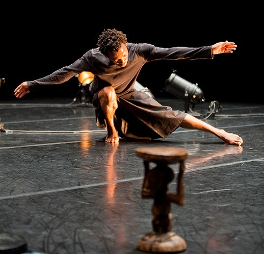Faustin Linyekula en solo dans son spectacle Cargo. | Photo par Agathe Poupeney