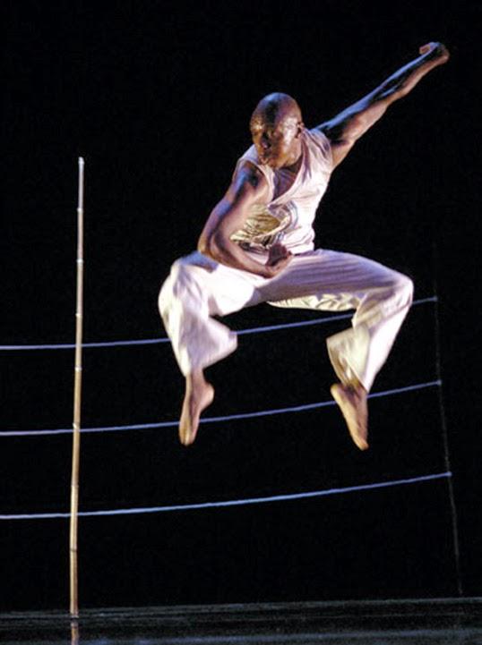 Vincent Mantsoe en pleine représentation. | Photo par Suzy Bernstein
