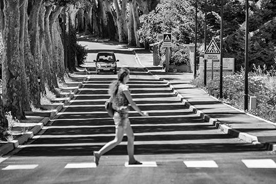 Une piétonne bien engagée sur la chaussée. | Photo par Dominique Cappronnier