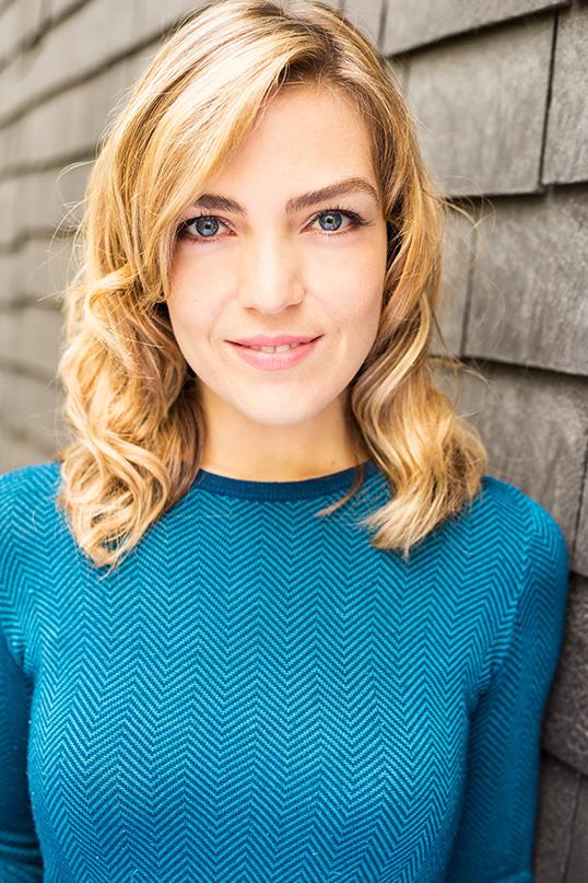 Evelyne Charuest est chroniqueuse à Radio-Canada et animatrice sur la chaîne UNIS.