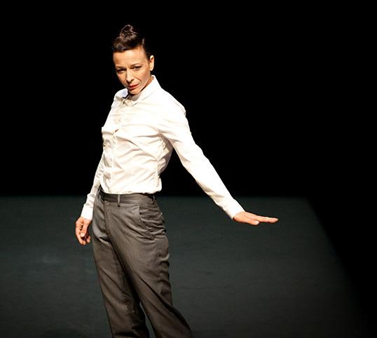 Lisbeth Gruwez sur scène. | Photo par Luc Depreitaire