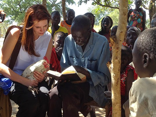 Treana Peake dans les villages de Alel Chok au Sud Soudan en 2012. | Photo de Obakki Foundation