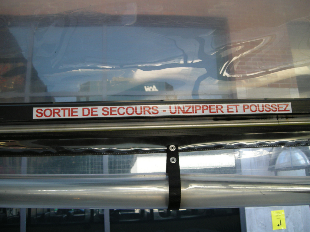 "Le text est censé de dire: ""Emergency Exit - Unzip and Push"" 