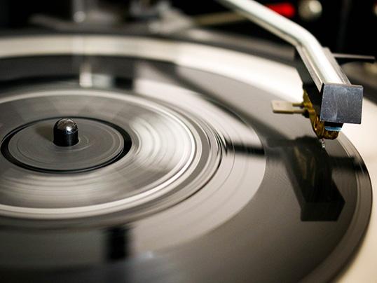 Les ventes de vinyles explosent depuis quelques années. | Photo par Darren Cowley