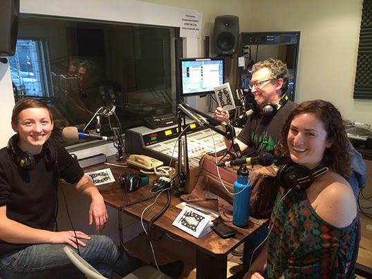 Hors antenne, les rires de Nou Dadoun, animateur à Co-op Radio, avec ses invités Meagan McAneeley et Roisin Adams de Hildegard's Ghost. | Photo de Co-op Radio