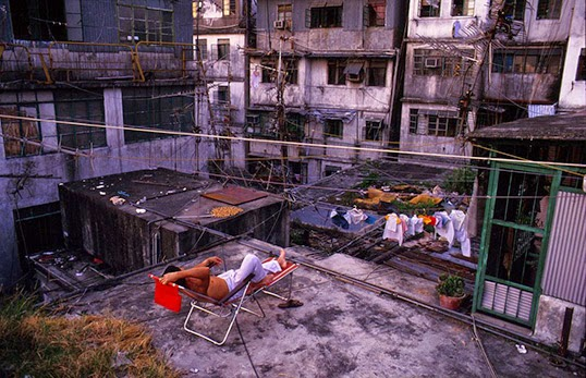 Relaxing on Walled City rooftop, 1989. | Photo par Greg Girard