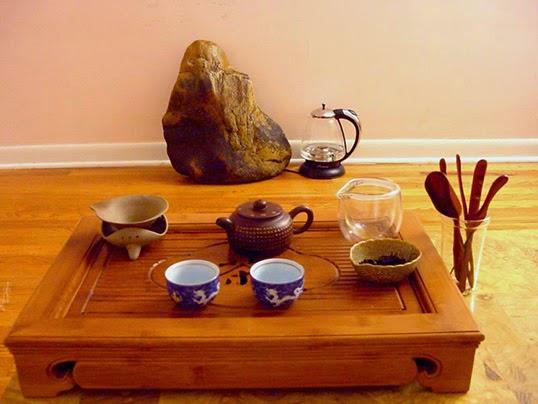 Une table de thé Gong Fu Cha avec ses accessoires. | Photo par Neptunati