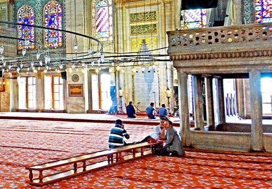 À l'intérieur de la Mosquée bleue à Istanbul. | Photo par Dennis Jarvis