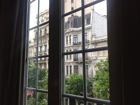 Une fenêtre à Buenos Aires. | Photo par Pascal Guillon