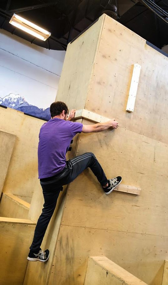 Un grimpeur s'entraîne au centre Origins Parkour. | Photo de Origins Parkour