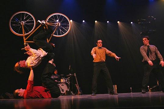 Performance physique, musicale et théâtrale. | Photo de Parfaits inconnus