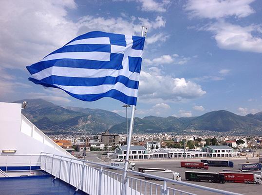 Un ferry dans le port de Patras, Grèce | Photo par Pascal Guillon