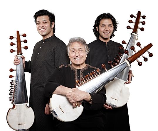 Amjad Ali Khan et ses fils, joueurs de sarod, un type de luth indienne.