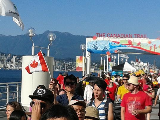 Les Vancouvérois de tous les horizons célèbrent la Fête du Canada à Canada Place. La dynamique multiculturaliste change le visage de Vancouver. | Photo par Luc Bengono