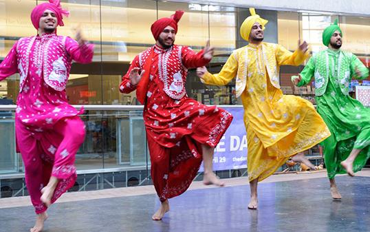 Le bhangra est une danse folklorique du Pendjab qui se pratique au Dance Centre. | Photo de Discover Dance