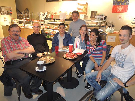 Un café des langues à Baguette & Co sur la rue Main.