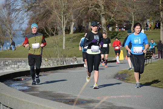 Courir (ou marcher) au profit de l'énergie solaire, c'est ce que proposent de faire Ben West et Mari McMillan le 8 novembre à Stanley Park à l'occasion de la première Great Climate Race. | Photo par Greg Herringer