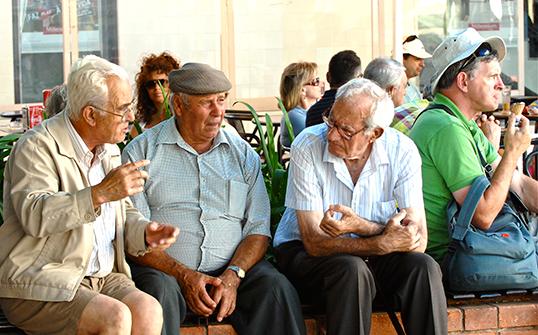 Des ainés francophones en pleine discussion. | Photo par Pedtro Ribeiro Simoes