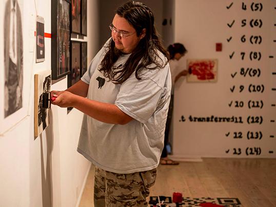 Le Indigenous Youth Arts Program est, entre autres, financé par le Conseil des de la Colombie-Britannique et la ville de Victoria. (crédit photo : Kirk Schwartz)