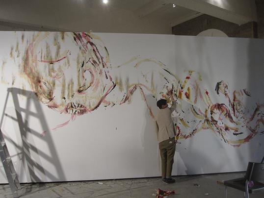 L'artiste Howie Tsui en plein travail de création.