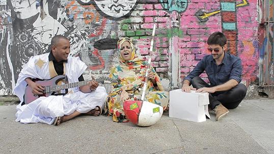 Noura Mint Seymali entourée de Jeiche Ould Chighaly et Matthew Tinari. | Photo de Noura Mint Seymali